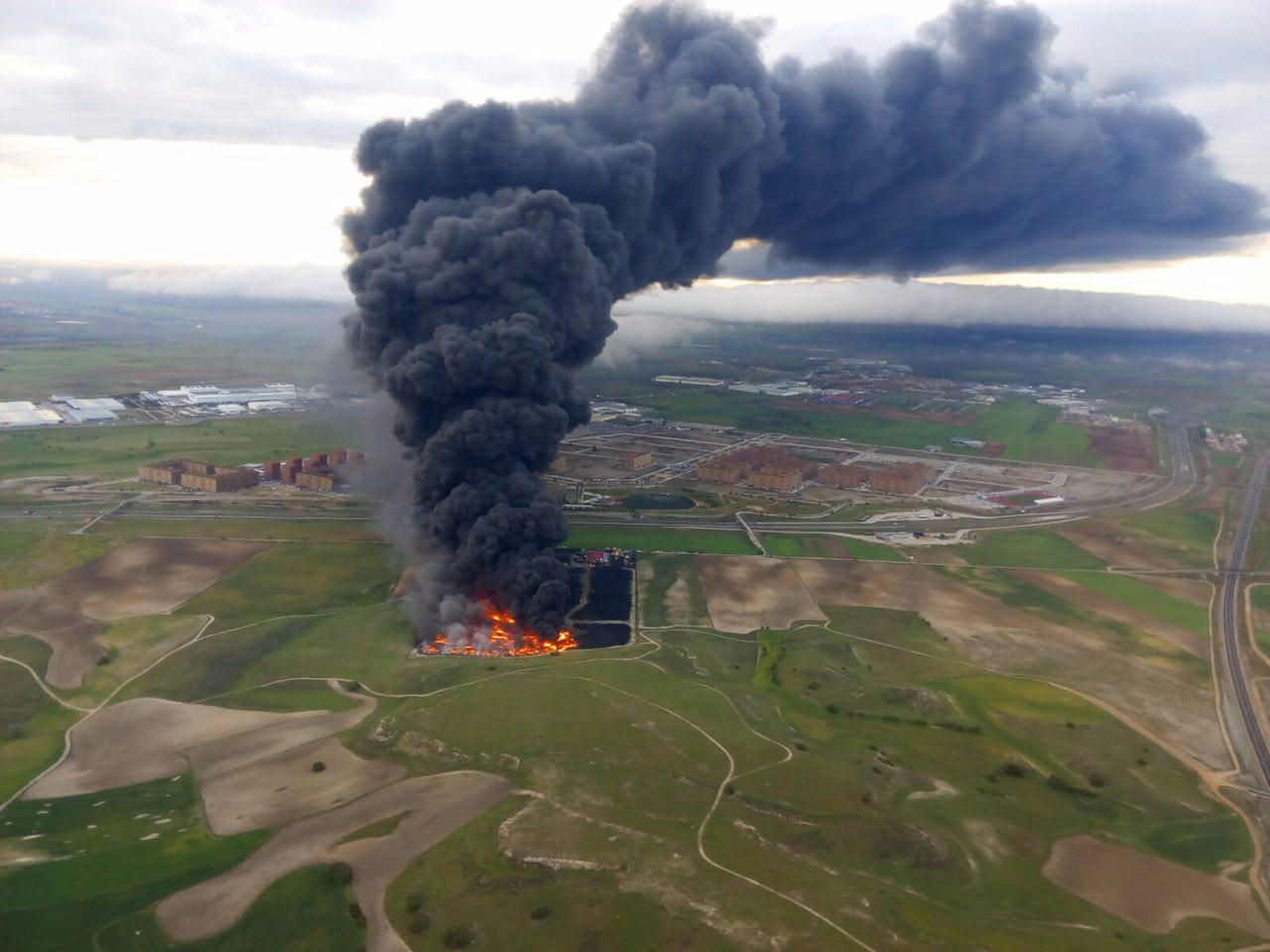 Una de las mejores fotos aéreas del incendio del vertedero de neumáticos de Seseña